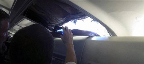 Havadayken uçağın tavanı delindi  1