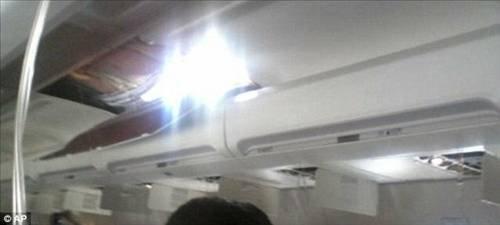 Havadayken uçağın tavanı delindi  3