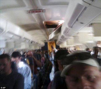 Havadayken uçağın tavanı delindi  4