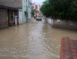 Bafrada, Sağanak Yağmur Hayatı Felç Etti