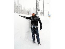 Yüksekovada Kar İnsan Boyunu Aştı!