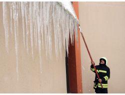 Dev Buz Sarkıtları İtfaiye Ekipleri Tarafından Temizleniyor
