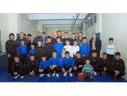Talas Belediyesi Güreşçilere Spor Malzemesi Hediye Etti