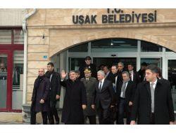 Cumhurbaşkanı Gül Uşak Belediyesi'nde Güllerle Karşılandı