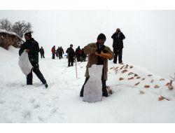 Kar Kaplanları Yaban Hayatı İçin Yemleme Yaptı