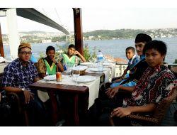 Dünya Çocukları Boğaz Köprüsü Manzarasında Yemek Yedi