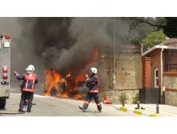 Alev Alev Yanan Otomobilin Önünde Kaput Tartışması