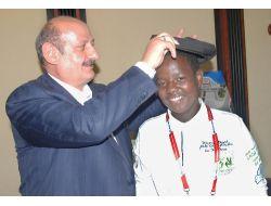 Başkan Bakırcı, Tanzanyalı Öğrenciye Sekiz Köşeli Kasket Hediye Etti