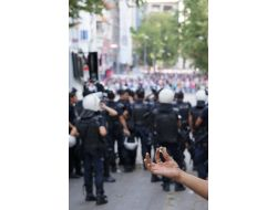 Gösterici Grup Polise Bilye İle Saldırıyor