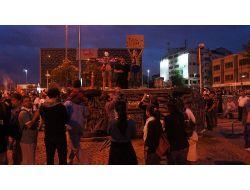 Eylemciler, Parçaladıkları Araçların Önünde Hatıra Fotoğrafı Çektirdi