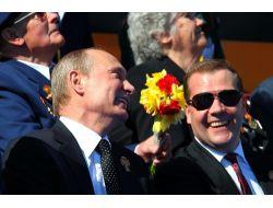 Putin Ve Medvedev'e Destek Yükselişte