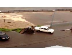 Rusya'da Çöken Asfalt Park Halindeki Aracı Yuttu