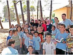 Üniversiteli Öğrencilerden İlköğretim Okuluna Kitap Yardımı