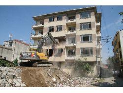 Üniversite Riskli Raporu Verdi, Hasarlı Bina Yıkıldı