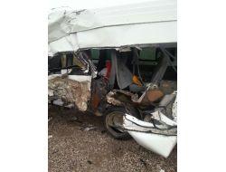 Yüksekovada Tır İle Minibüs Çarpıştı: 3 Ölü, 11 Yaralı