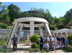Eyüp Kız Anadolu Lisesi Öğrencileri, Atıf Hoca Anıt Mezarını Ziyaret Etti
