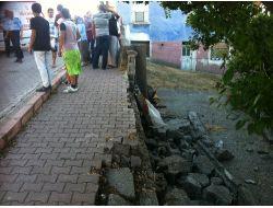 Oturdukları Duvar Yıkıldı, İki Genç Kız Yaralandı