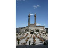 Belediye, Çifte Minareli Medresede Çay Bahçesi Açılmasına Karşı