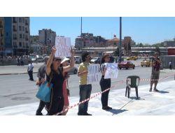 Polisler 'sarıl Bana' Pankartına Aldırış Etmedi