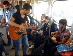 Metro Vagonunda Canlı Konserle Yolculuk