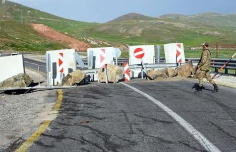 Giriş çıkışlar tutuldu! Askerler uluslararası yolu kapattı