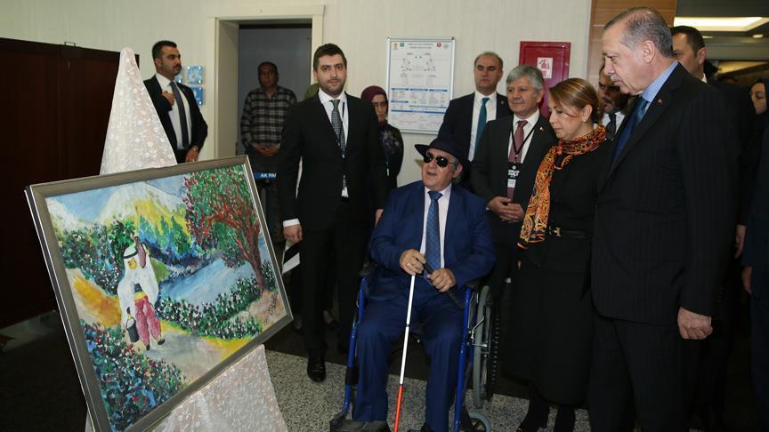 Erdoğan, görme engelli ressam Armağanın sergisini gezdi