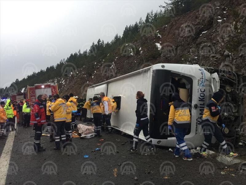 Anadolu Otoyolu'nda yolcu otobüsü devrildi
