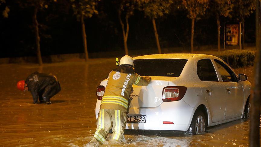 İstanbul'da yağış nedeniyle araçlar mahsur kaldı!