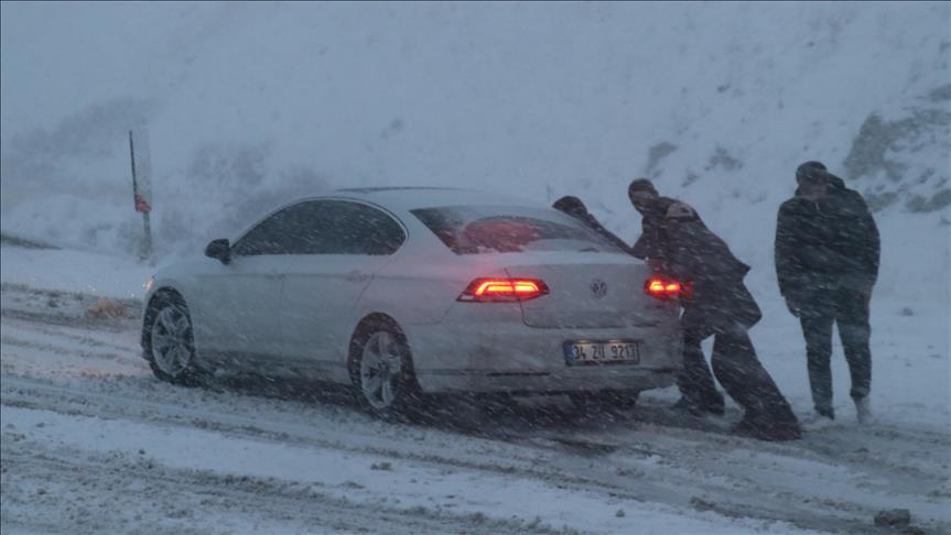 Erzincan'da kar yağışı ulaşımı olumsuz etkiledi