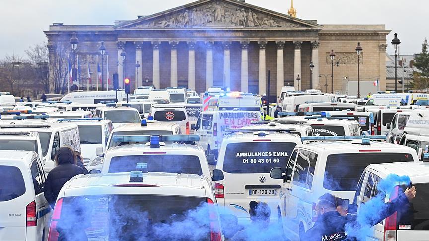Fransa'da 'sarı yelekliler'den sonra ambulans çalışanları ve öğrenciler de sokağa döküldü