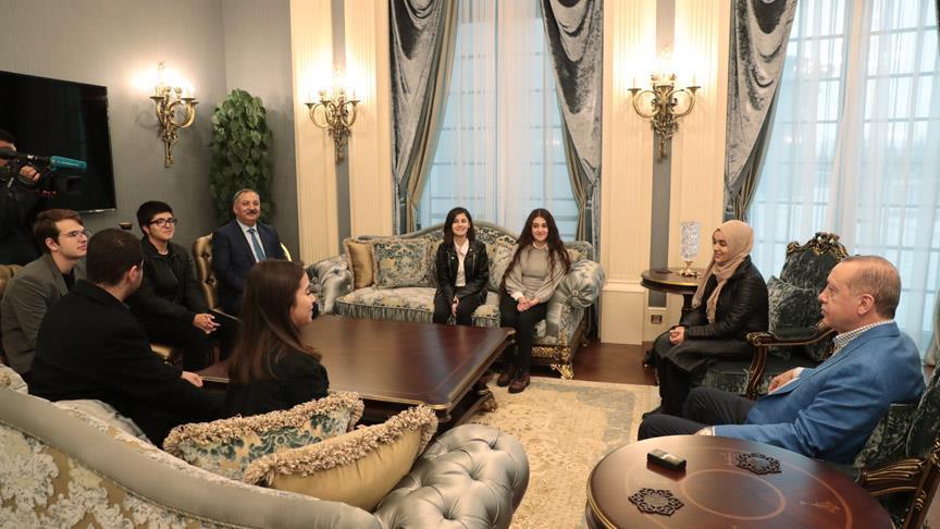 Erdoğan çaya davet ettiği öğrencileri Külliye'de ağırladı
