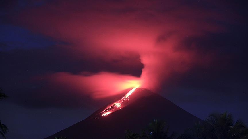 Soputan Yanardağı'ndan püsküren kül ve duman 3 bin metreye ulaştı