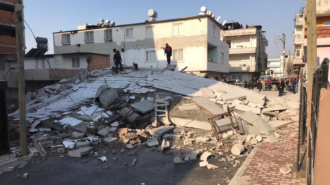 Mersin'de 5 katlı bir bina çöktü!