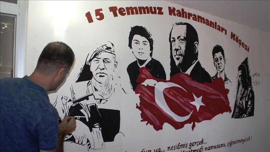 Duvarlara 15 Temmuz kahramanlıklarını resmediyor