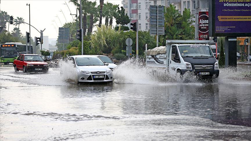 Adana'da sağanak hayatı olumsuz etkiledi