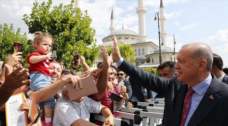 Erdoğan cuma namazı sonrası vatandaşlarla sohbet etti