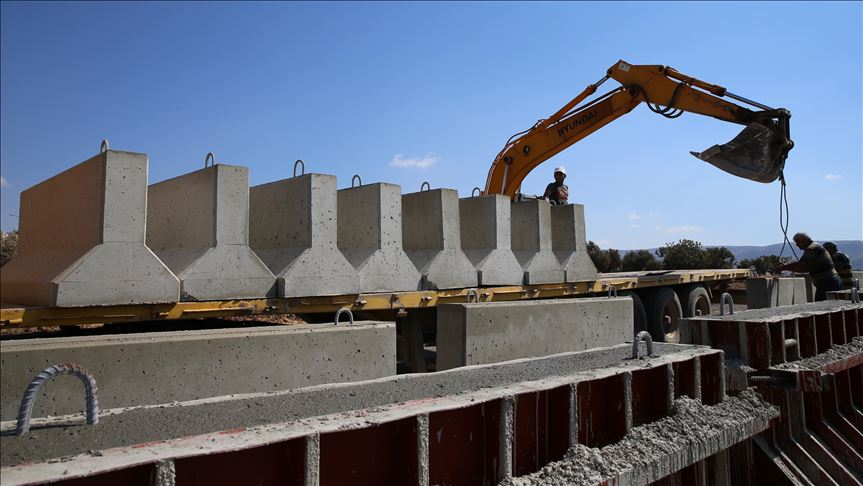 Afrin sınırına beton blok sevkiyatı
