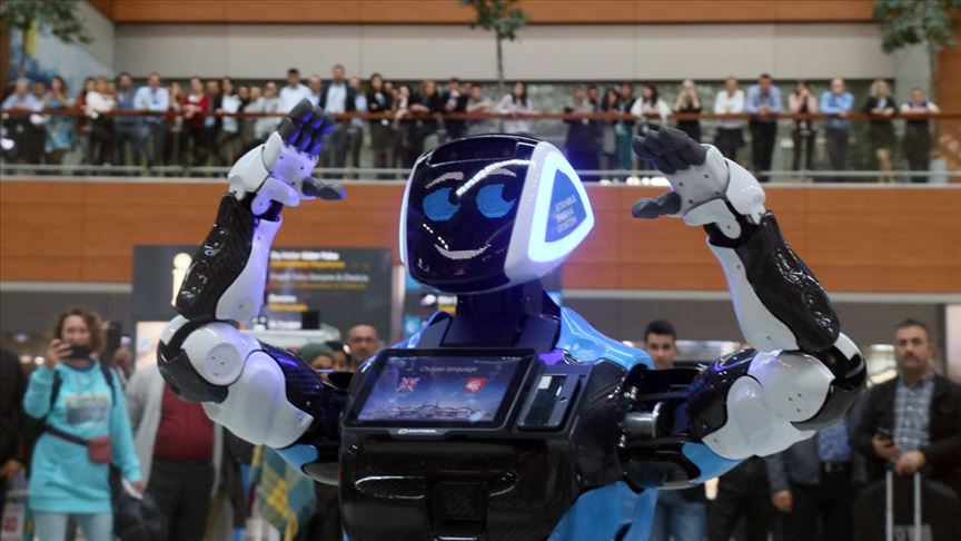 Havalimanında yolculara 'Aerobot' yardım edecek!