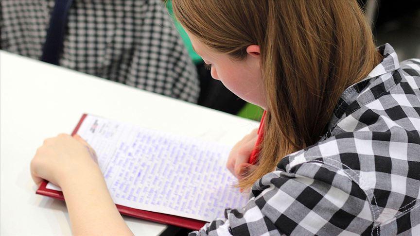 Devlet üniversitesinde okuyan öğrenciler daha 'mutlu'