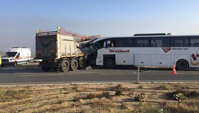 Afyonkarahisar'da yolcu otobüsü ile tır çarpıştı!