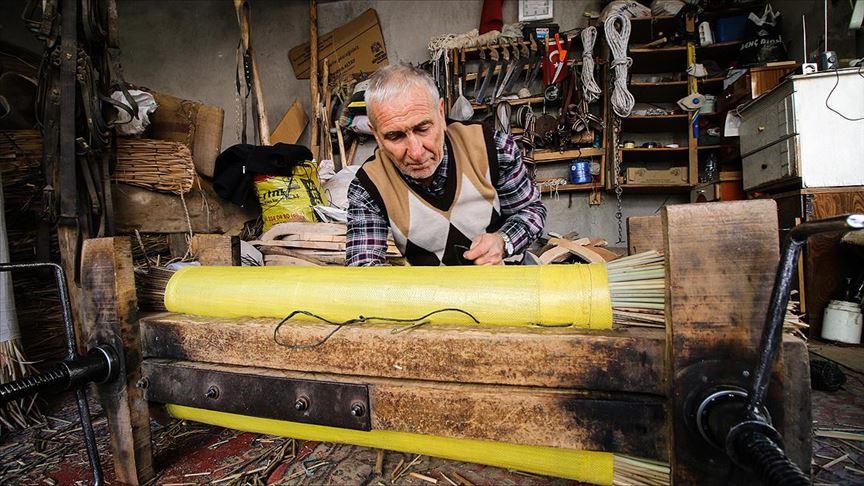 Muammer Usta 62 yıldır hasır yastık üretiyor!