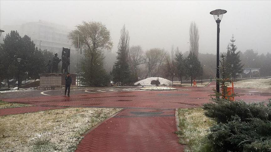 Başkentte mevsimin ilk karı yağdı!