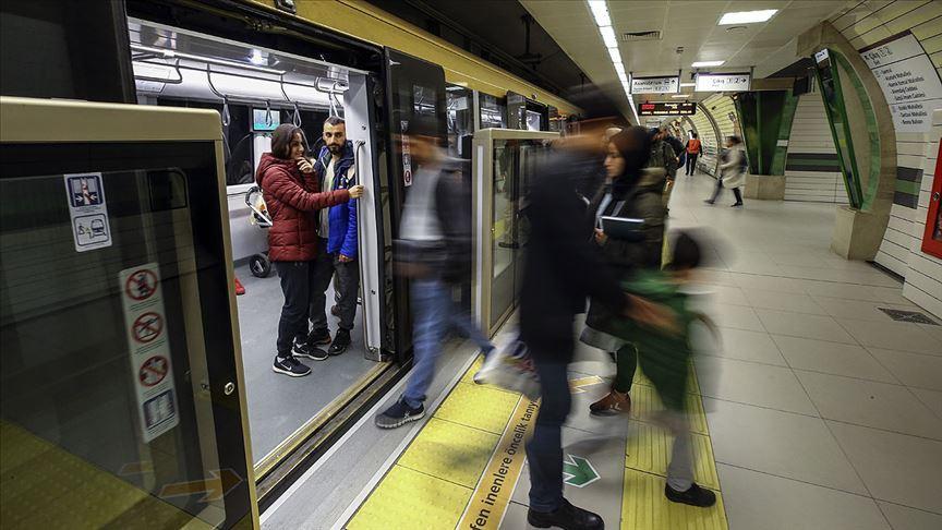 İstanbul'da metro seferlerinde aksama yaşanıyor..