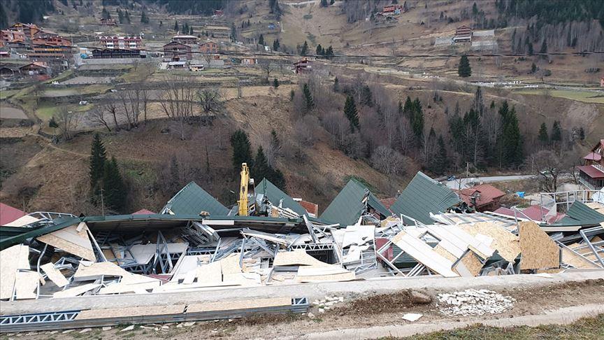 Uzungöl'de kaçak binaların yıkımına başlandı