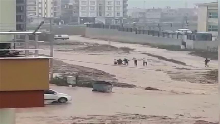 Adana'da sel sularına kapılan çocuk kurtarıldı