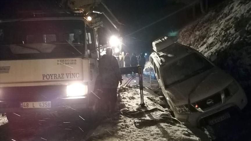 Antalya ve Muğla'da karda mahsur kalan 34 kişi belediye ekiplerince kurtarıldı
