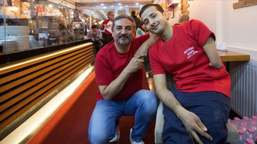 Şarkıcı Çelik, engelli kafe sahibine destek için garsonluk yaptı!