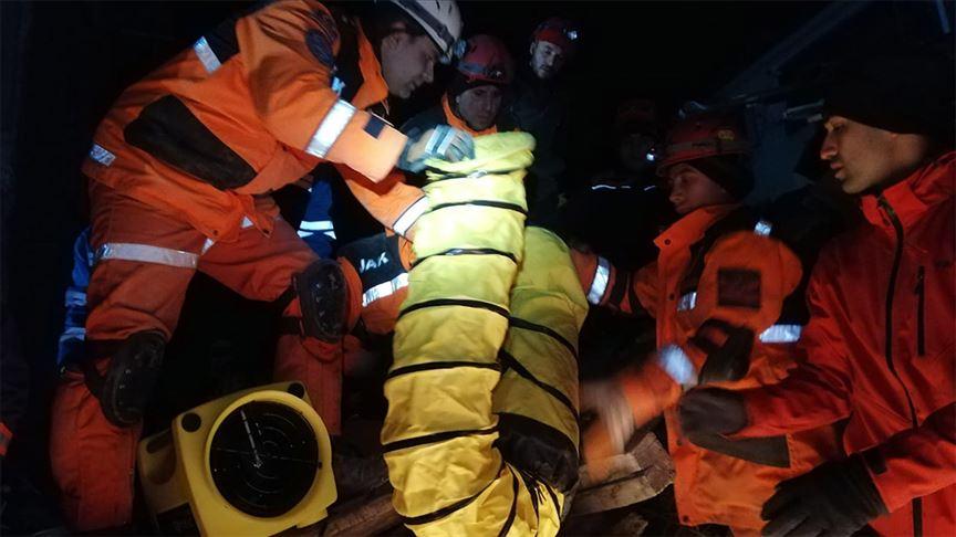 JAK'ın enkazdan depremzedeleri kurtarma operasyonu kamerada