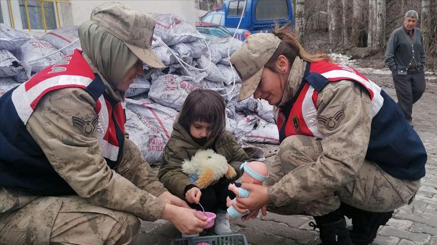 Kadın astsubaylar depremzedelerin yaralarını sarmaya devam ediyor