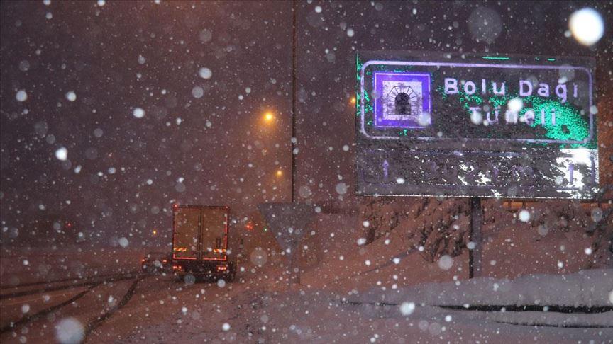 Kar ve buzlanma nedeniyle Bolu Dağı'ndan tırların geçişine izin verilmiyor